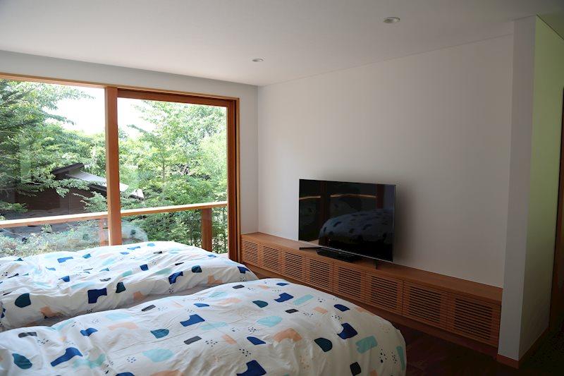 寝室はシンプルな内装になっていますのでリラックスして睡眠をすることができます!