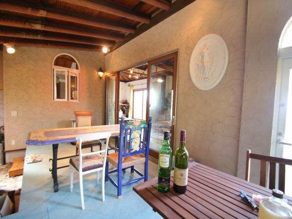 【洋室・土間】地中海の別荘のような雰囲気の洋室はまさに隠れ家と呼ぶに相応し部屋です。