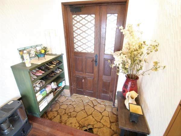 【玄関】正面玄関は下駄箱・小物置きも設置されております。