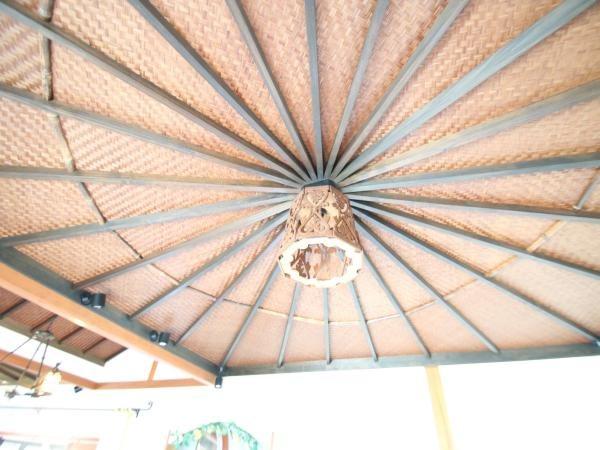 【リビングダイニング】リビングの天井部は御覧のようなリゾート感満載な造りになっております。