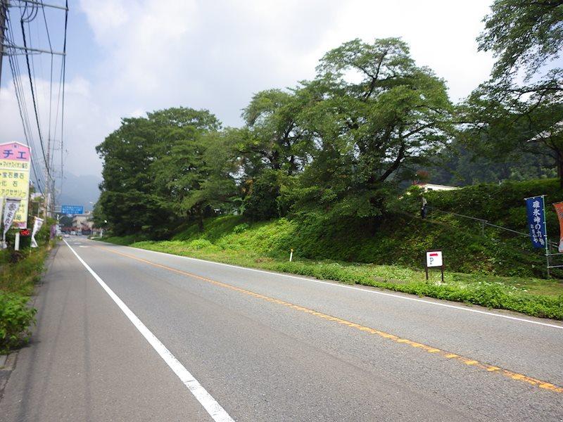 前面道路は国道18号線です。