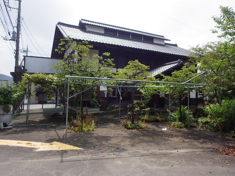 敷地内に倉庫、住居が2棟建っています。