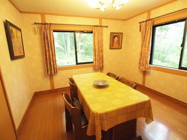 一階にあるゲストルームです。 暖かい色みの部屋は使い勝手も良く収納も大きいです!