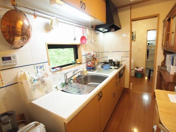 キッチンはIHコンロで広々とした造りです洗面所とお風呂への動線も良いのが魅力です。