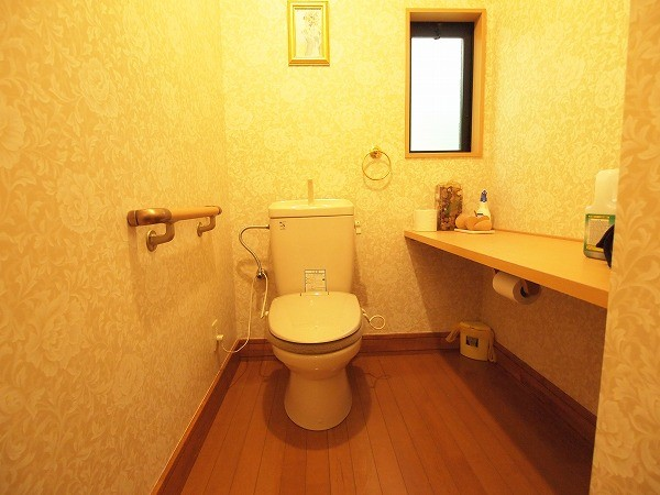 トイレは清潔感もあり広々とした造り、手摺や大きい棚があるので使い勝手もよさそうですね