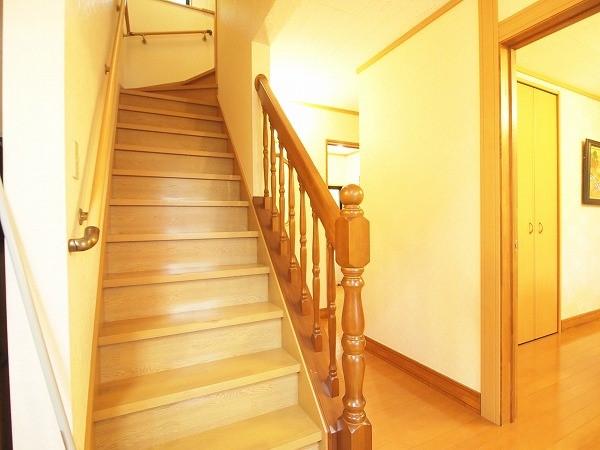 二階へと上がる階段は頑丈な手摺もあり上りやすそうです。家族皆が使いやすい別荘であると嬉しいですよね。