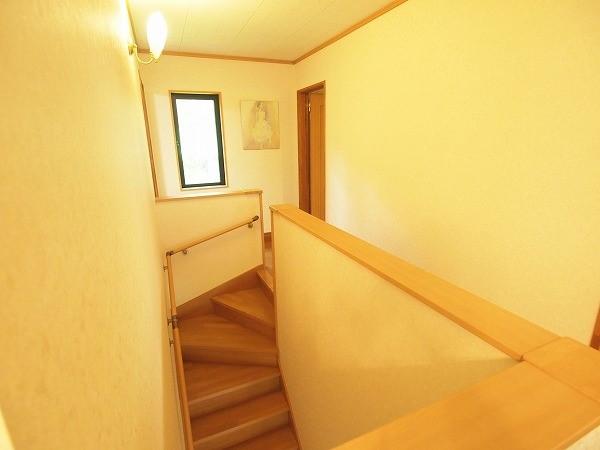 二階の階段を上がったフロアの様子です。白い壁と明るい光が差し込んで清潔感と暖かさの感じる雰囲気を演出