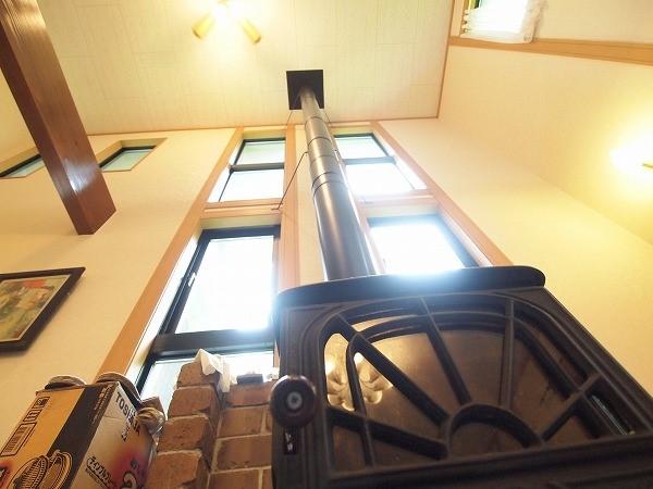 贅沢な吹き抜けと薪ストーブ!暖かい空気は断熱性の高い外壁とペアガラスのおかげで2階の部屋までポカポカ