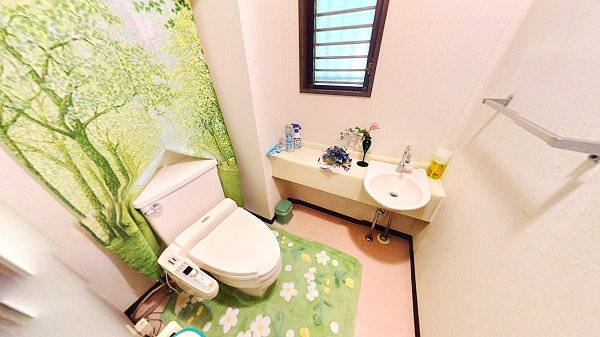 広めのトイレは手洗い器別の設計です。