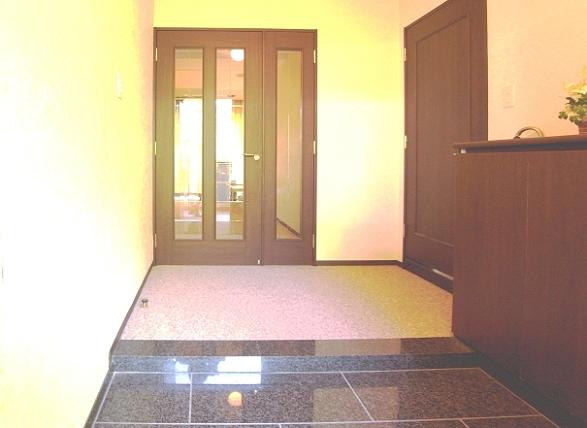 では、お部屋をご案内いたします。広々とした玄関は、戸建ての様です。