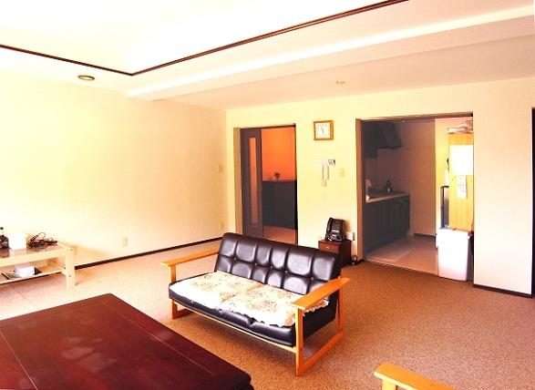 窓を背に玄関、キッチン側をご覧頂いております。とにかく広い空間です。