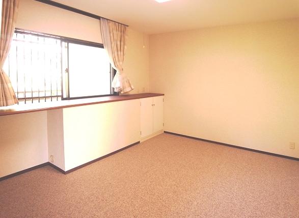 こちらは、独立した8.5帖の洋室です。ベッドを配置して寝室にいかがでしょうか。