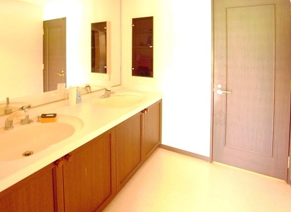 洗面台は、ダブルで広々。大勢のご利用に対応できます。