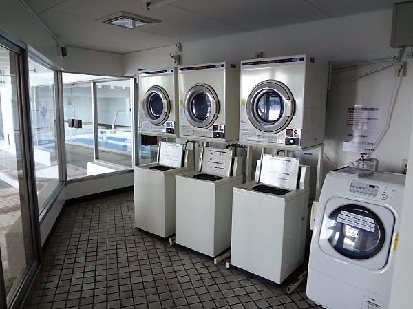 リゾート利用の人は洗濯機を買わなくてもマンション内にあるコインランドリーで洗濯できます。