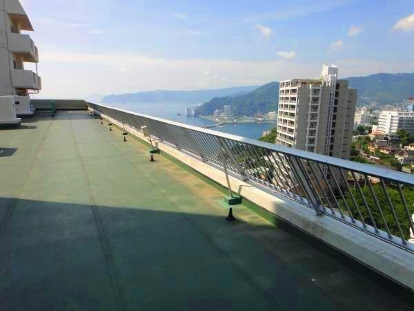 11階にある自由に出入りできる屋上です。対象不動産は画像の左奥にある最上階です。