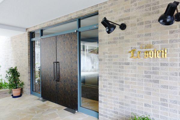 エントランスの玄関は重厚感があります。大屋根があるので雨の日も安心です。
