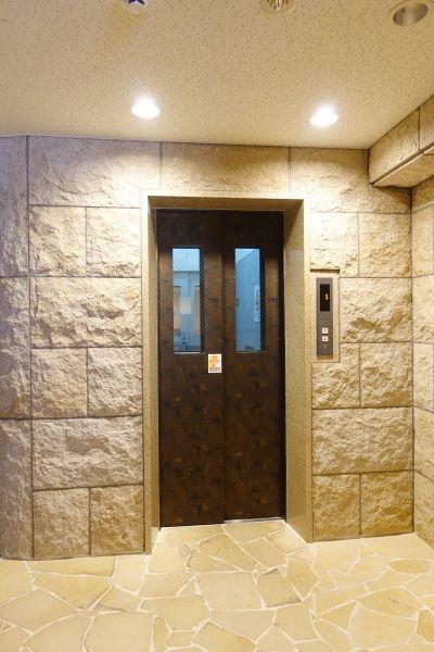 エレベーターホールも重厚感があります。