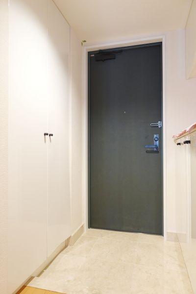 内廊下を進みお部屋へ。玄関のたたきは御影石を使用。白を基調とした美しい玄関です。