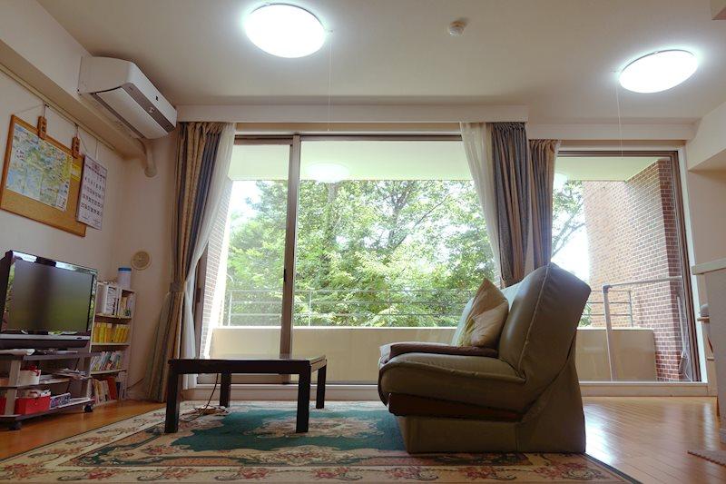 和室からリビングを見ています。日当たりが良く、明るいリビングです。
