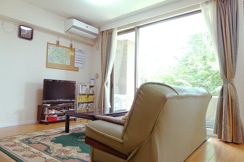ソファに腰かけ、程よい日差しを浴びながら時折外の緑を眺める。贅沢な時間をお約束します。