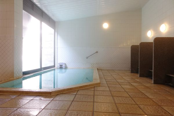 こちらは露天付の温泉大浴場です。男女日替わりで2種類の異なるテイストをお愉しみいただけます。