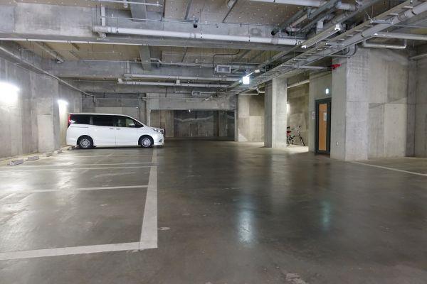 地下駐車場はリモコン式のシャッターにより大切なお車を安全にお停め頂けます。駐輪場もあります。