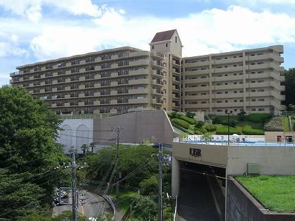 〔マンション外観〕7階建のマンションです。