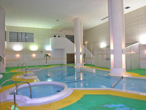 屋内プールは天井も高く開放的です。ゆったりと遊泳できます。