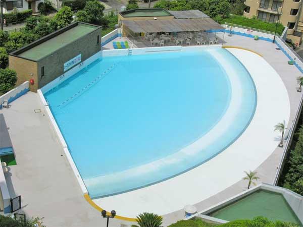 夏季営業の屋外プールです。夏には多くの人で賑わいます。