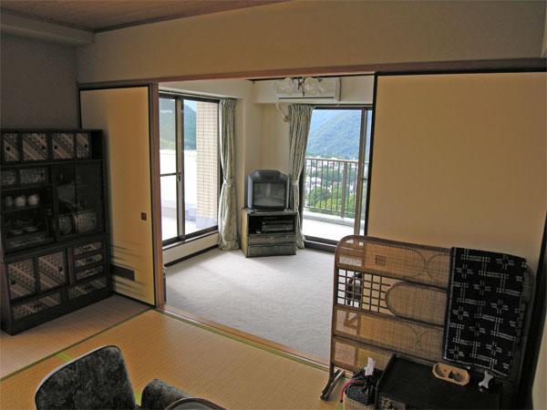 和室から洋室を眺めるとこの様な感じです。