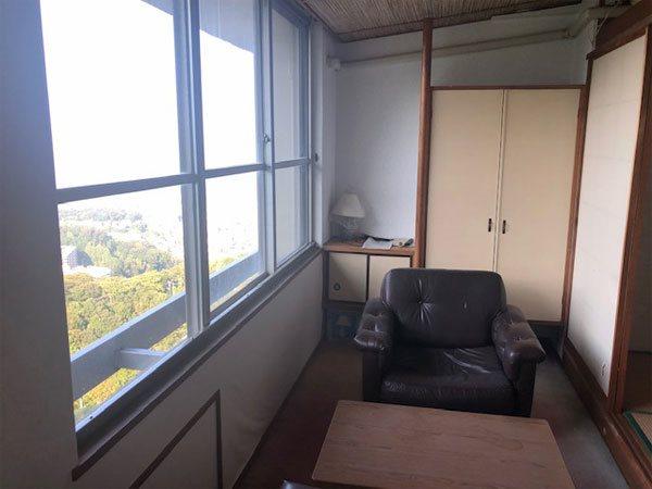 【広縁】8帖の和室には窓際に広縁があります。