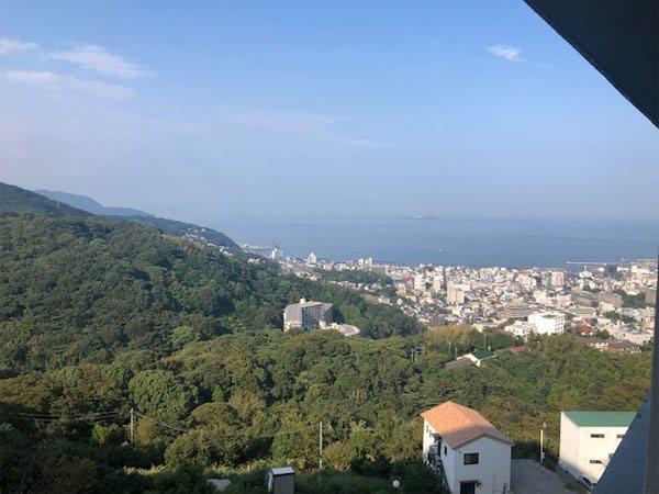 【眺望】伊東市街地と相模湾を望みます。