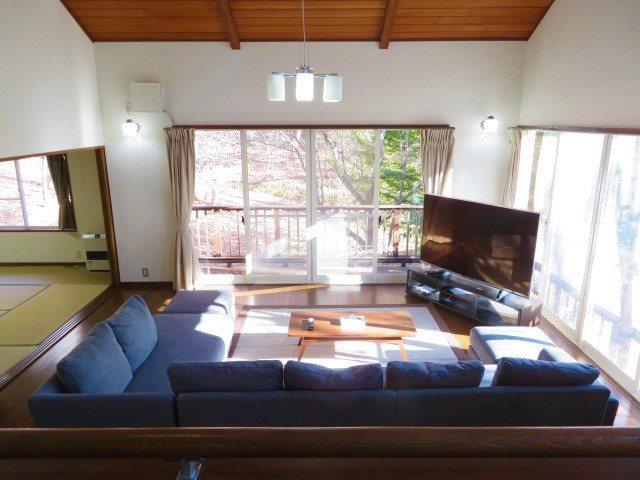 ゆったりとしたリビングは高窓と2面窓から木漏れ日が入り込みます