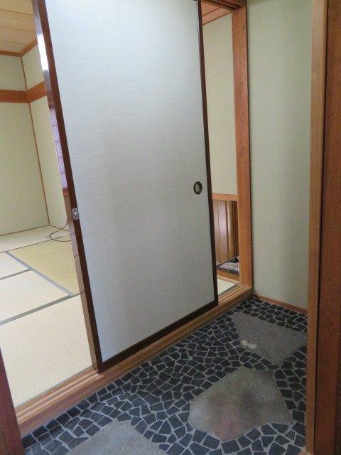 中二階にある和室は、まるで旅館のようなアクセントが施されております