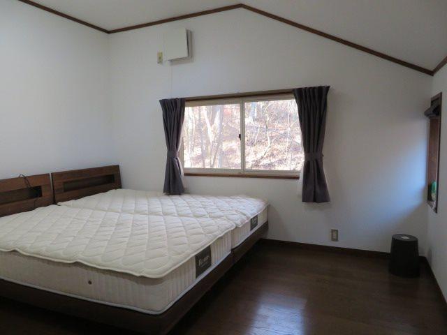 中二階部分のベッドルーム。収納も完備