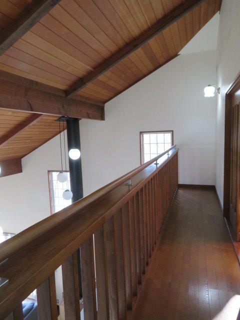 二階の吹き抜けにあるメインベッドルームへ続く廊下部分
