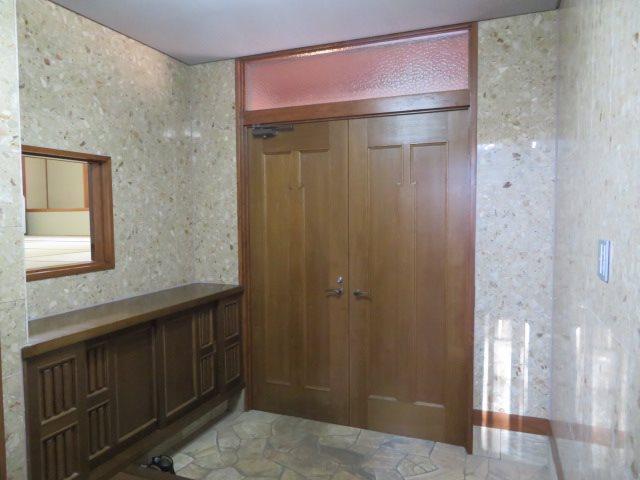 玄関内は石張りの贅沢な造りで高級感がございます