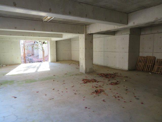 基礎下を利用した車庫は、2台を収容できるゆとりのスペースを確保