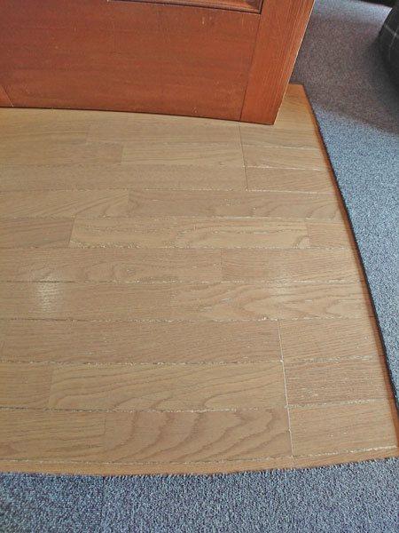 リビングの床材はフローリング仕様です。陽当たりが良すぎて窓際は少し焼けております。