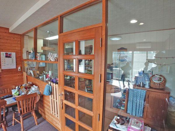 リビングダイニングスペースとキッチンスペースはガラスで仕切られております。