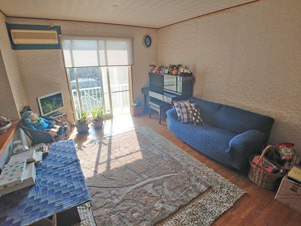 玄関を入ってすぐ左に配置された洋室は二面採光で明るいお部屋です。