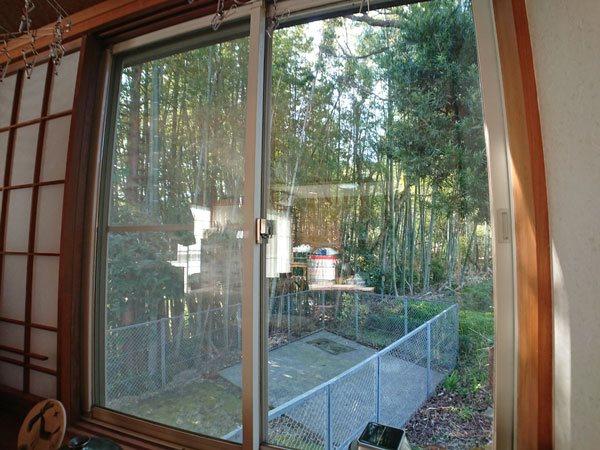 窓の外には美しい竹林が広がります。
