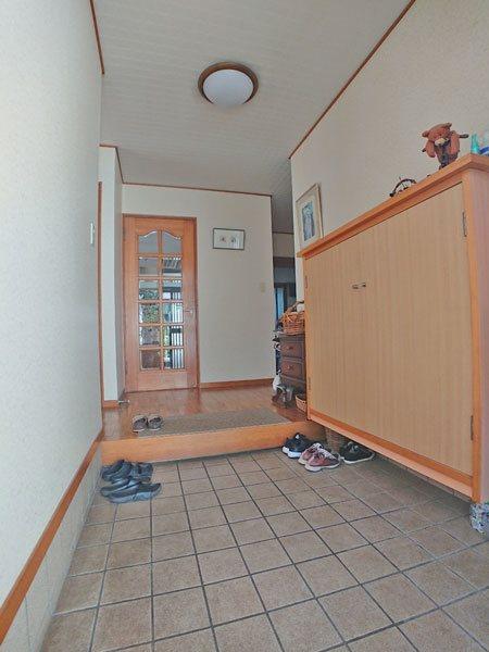 コンパクトな下駄箱付き玄関スペースです。