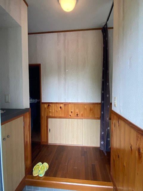 別棟の玄関スペースです、板張りがリゾート感を盛り上げてくれますね。