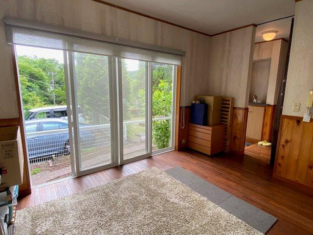 別棟のダイニングスペースです。床材には無垢材が使用されております。