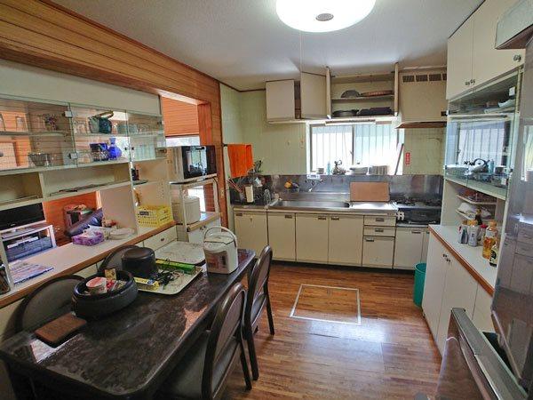 キッチンスペースです、現在のオーナー様はリビングスペースとダイニングスペースの間に収納を置かれており