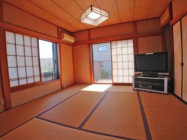 2階の和室は角部屋ですので二面採光で陽当たり良好です。