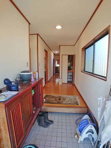 開放的な玄関スペースです。採光窓があり、明るい空間です。