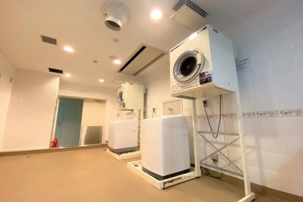 室内には洗濯機置き場はございません。コインランドリーをお使いください。