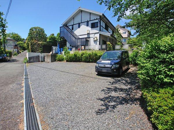敷地は角地ですので南側にも駐車場がございます。